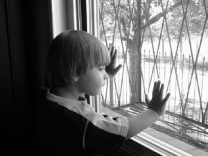 Menino na janela