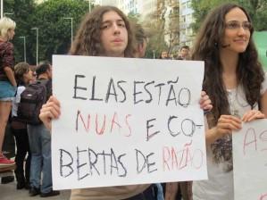 Manifetsante empunha cartaz na Marcha das Vadias 2013. Foto: G1